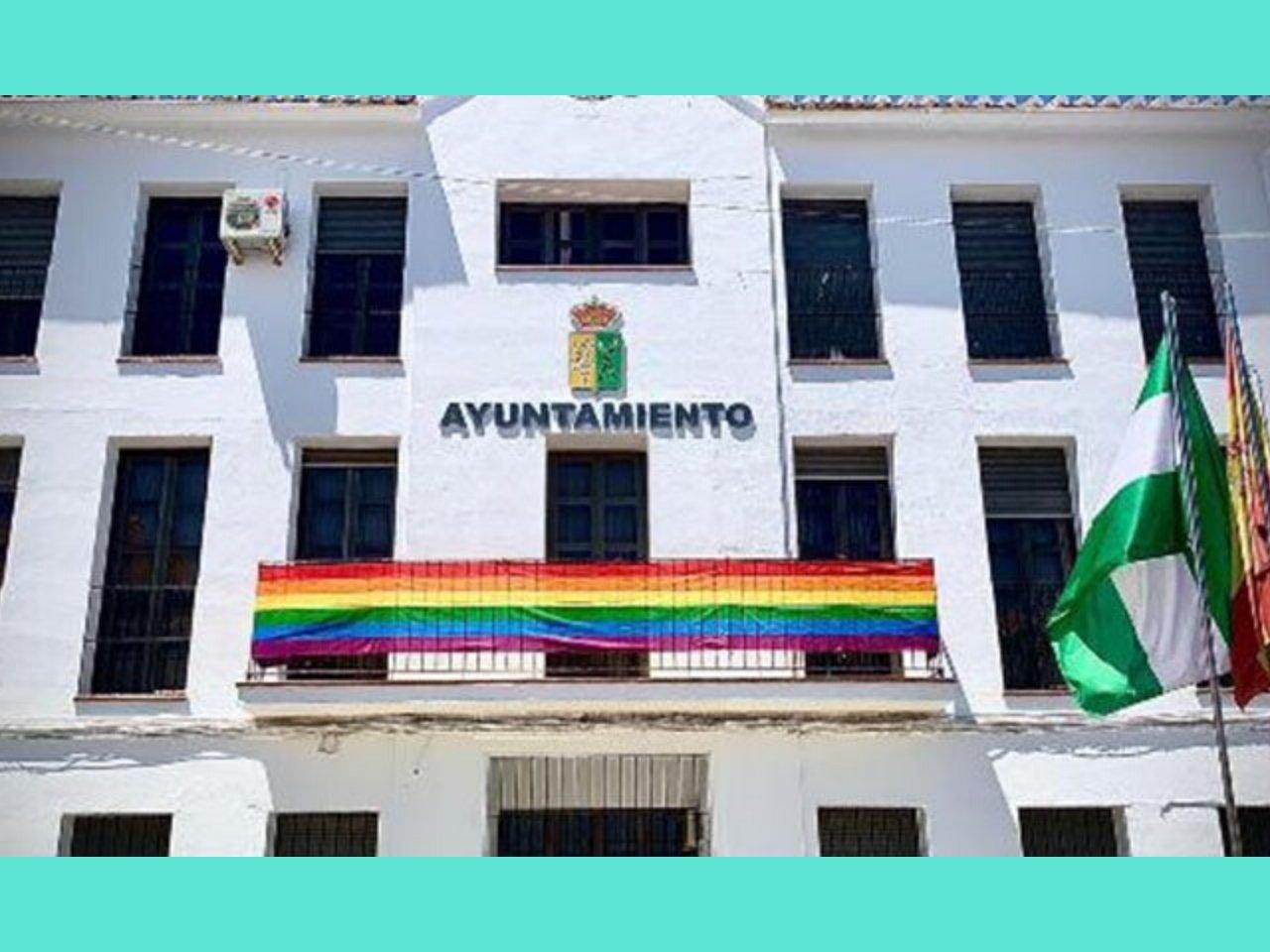 Mairie de Villanueva de Algaida arborant le drapeau LGBTQ