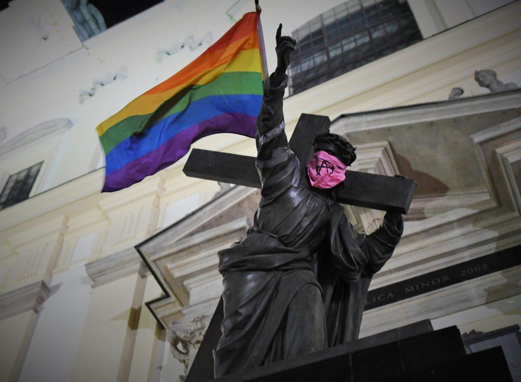 Pologne, drapeau LGBTQ+ sur un monument