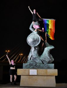 Drapeau LGBTQ+ sur une statue en Pologne