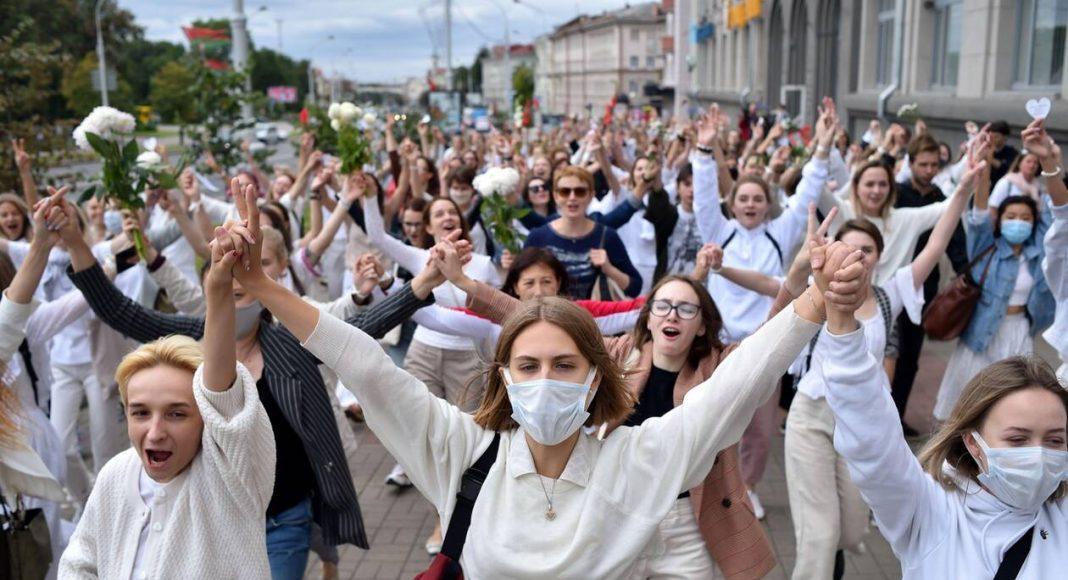 Femmes biélorusses manifestant en blanc contre la répression policière