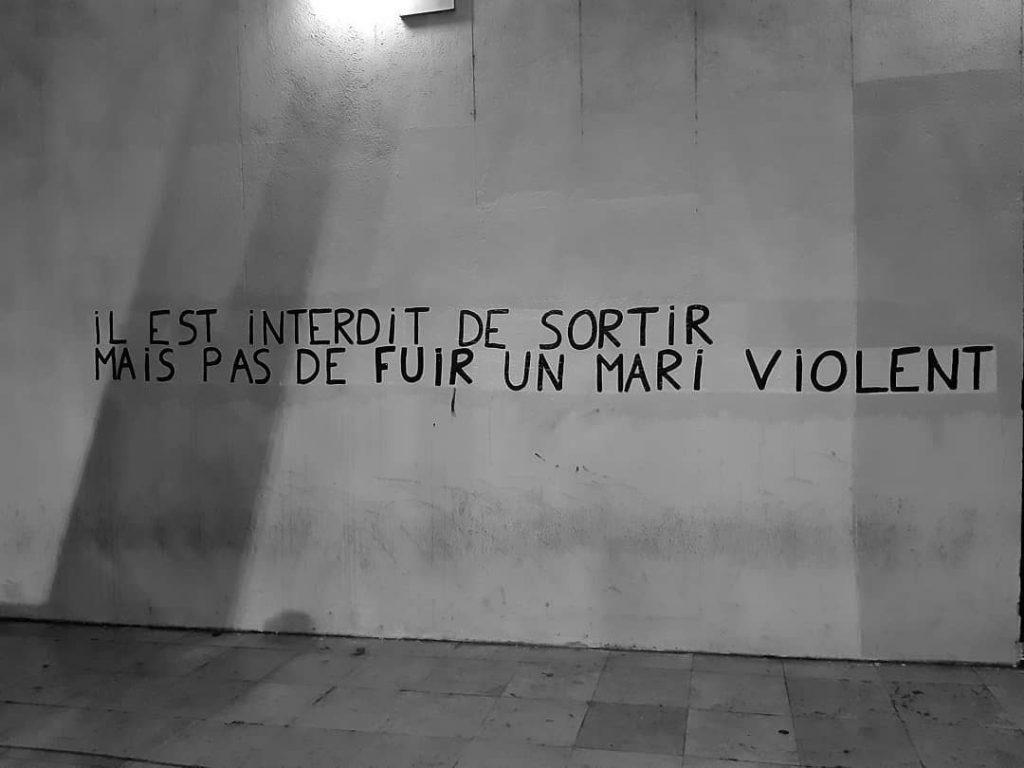 """Collage féministe à Marseille : """" il est interdit de sortir mais pas de fuir un mari violent"""""""