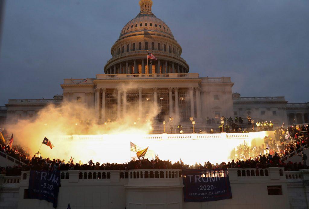 Symbole inquiétant du Capitole assiégé par des manifestantes et manifestants pro-Trump.