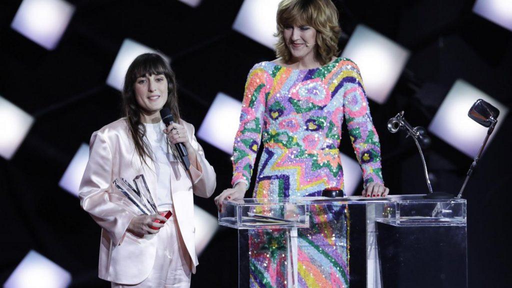 """Juliette Armanet, remportant une Victoire de la Musique face à Aliose et Petit Biscuit dans la catégorie """"Album révélation de l'année"""", en 2018."""
