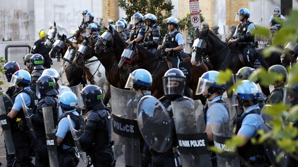Forces de l'ordre au square Lafayette.