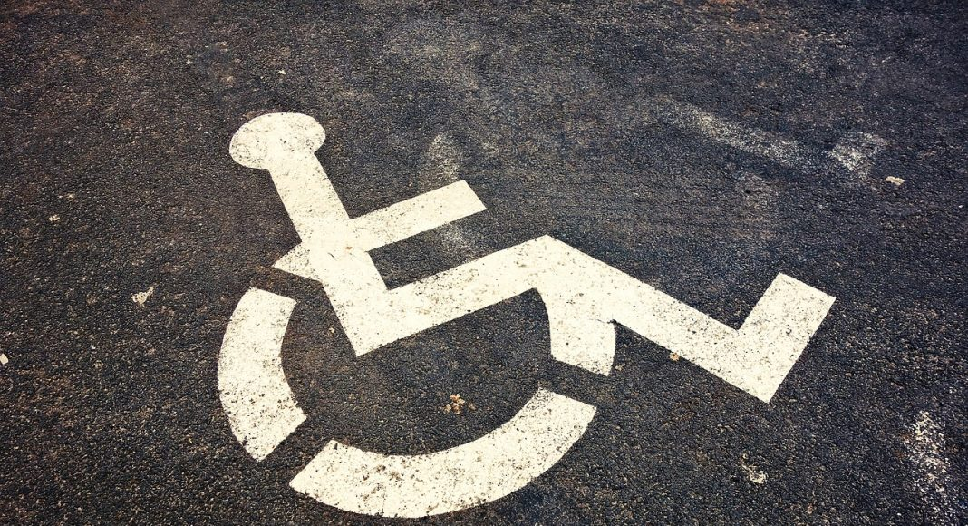 Place handicapée sur un parking