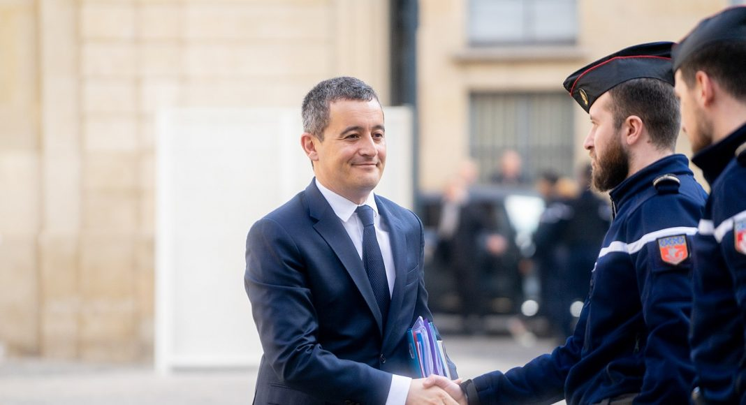 Gérald Darmanin serrant la main d'un policier