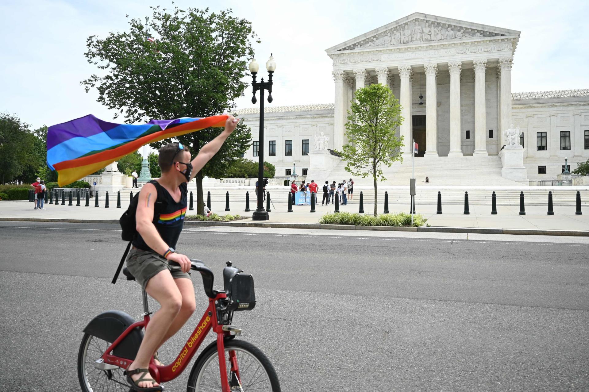 Drapeau LGBT devant la Cour suprême des USA