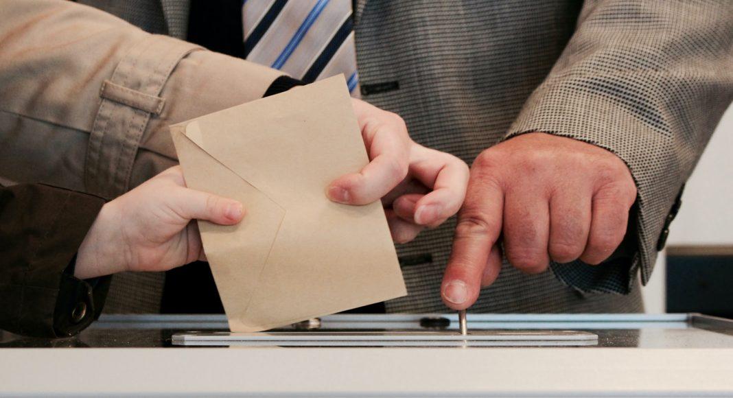 Personne mettant un bulletin de vote dans une urne